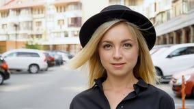 Retrato de uma menina com um sorriso chique em um chapéu negro video estoque