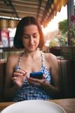Retrato de uma menina com um telefone Imagem de Stock Royalty Free