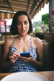 Retrato de uma menina com um telefone Imagens de Stock Royalty Free