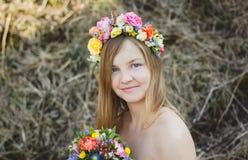 Retrato de uma menina com uma grinalda floral Imagem de Stock