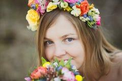 Retrato de uma menina com uma grinalda floral Imagens de Stock Royalty Free