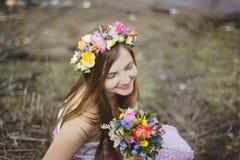 Retrato de uma menina com uma grinalda floral Fotografia de Stock