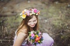 Retrato de uma menina com uma grinalda floral Imagens de Stock