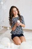 Retrato de uma menina consideravelmente adolescente com cabelo encaracolado longo de fluxo Imagem de Stock Royalty Free