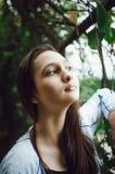 Retrato de uma menina consideravelmente adolescente em um fundo da natureza Close-up foto de stock