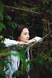 Retrato de uma menina consideravelmente adolescente em um fundo da natureza Foto vertical fotografia de stock royalty free