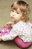 Retrato de uma menina curly bonito Fotografia de Stock Royalty Free