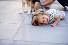 Retrato de uma menina da criança de dois anos em um vestido listrado Foto de Stock Royalty Free