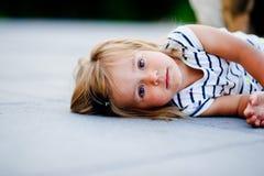 Retrato de uma menina da criança de dois anos em um vestido listrado Imagem de Stock