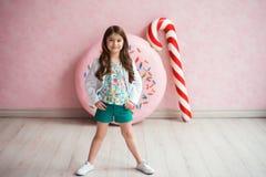 Retrato de uma menina de cabelo escuro em um revestimento branco Imagem de Stock