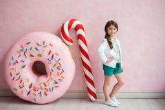 Retrato de uma menina de cabelo escuro em um revestimento branco Fotografia de Stock Royalty Free