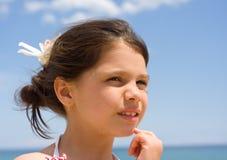 Retrato de uma menina de encontro ao céu azul Imagens de Stock
