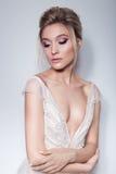 Retrato de uma menina delicada bonita no vestido do rosa da noiva do ar com composição brilhante em tons cor-de-rosa e no hairsty imagem de stock royalty free