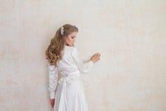 Retrato de uma menina delicada na roupa interior Imagens de Stock