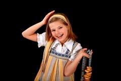 Retrato de uma menina do russo no vestido e em bagels nacionais foto de stock