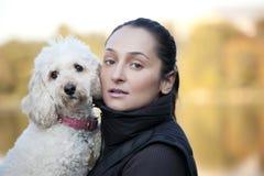 Retrato de uma menina e de uma caniche Fotografia de Stock