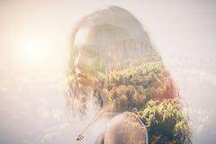 Retrato de uma menina e de madeiras, exposição dobro fotos de stock