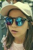 Retrato de uma menina em óculos de sol redondos fotografia de stock
