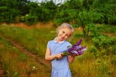 Retrato de uma menina em uma caminhada do verão no campo fotos de stock