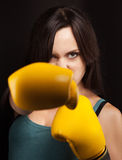 Retrato de uma menina em luvas de encaixotamento amarelas Fotografia de Stock Royalty Free