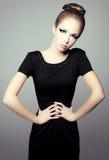 Retrato de uma menina em pouco vestido preto. Fotos de Stock Royalty Free