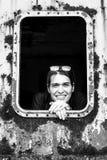 Retrato de uma menina em um carro industrial oxidado imagem de stock royalty free