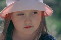 Retrato de uma menina em um chapéu cor-de-rosa fotografia de stock