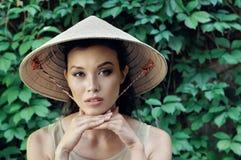 Retrato de uma menina em um chapéu de palha Imagens de Stock