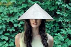 Retrato de uma menina em um chapéu de palha Imagem de Stock Royalty Free