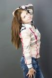 Retrato de uma menina em um fundo cinzento Foto de Stock