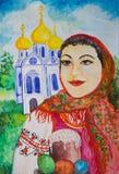 Retrato de uma menina em um lenço vermelho com bolo da Páscoa imagem de stock