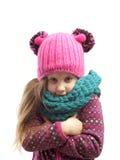 Retrato de uma menina em um tampão e em um lenço Foto de Stock Royalty Free