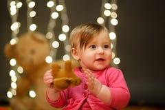 Retrato de uma menina em um vestido cor-de-rosa no estúdio Fundos das luzes Imagem de Stock