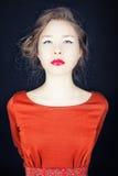 Retrato de uma menina em um vestido vermelho Fotografia de Stock