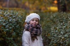 Retrato de uma menina em uma boina e em um lenço Fotos de Stock