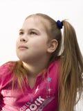 Retrato de uma menina em uma camisa cor-de-rosa. Foto de Stock