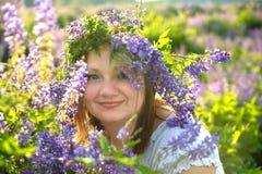 Retrato de uma menina em uma grinalda de flores selvagens Imagens de Stock Royalty Free