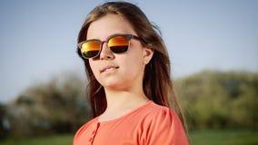 Retrato de uma menina em vidros de sol no por do sol video estoque