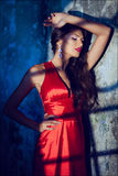 Retrato de uma menina encaracolado bonita 'sexy' sensual em um vestido vermelho w Imagem de Stock
