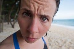 Retrato de uma menina engraçada Tem o cabelo molhado após o banho e olha a câmera na surpresa Imagem de Stock Royalty Free