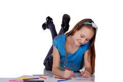Retrato de uma menina feliz com penas de feltro imagem de stock royalty free