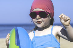 Retrato de uma menina feliz com um círculo inflável na praia Imagens de Stock Royalty Free