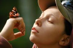 Retrato de uma menina feliz com uma borboleta Fotografia de Stock Royalty Free
