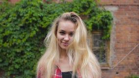 Retrato de uma menina feliz de sorriso 'sexy' bonita com cabelo louro vídeos de arquivo
