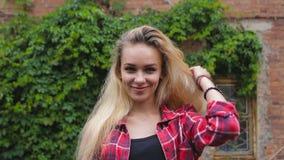 Retrato de uma menina feliz de sorriso 'sexy' bonita com cabelo louro video estoque
