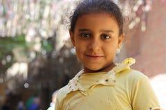 Retrato de uma menina feliz na rua em giza, Egipto Imagens de Stock