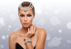 Retrato de uma menina glamoroso em uma colar da pérola beleza Pele desobstruída Foto de Stock