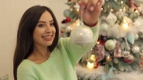 Retrato de uma menina grávida com brinquedo do Natal filme