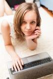 Retrato de uma menina loura bonito com laptop imagens de stock royalty free