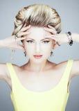 Retrato de uma menina loura com mãos na cabeça Fotos de Stock